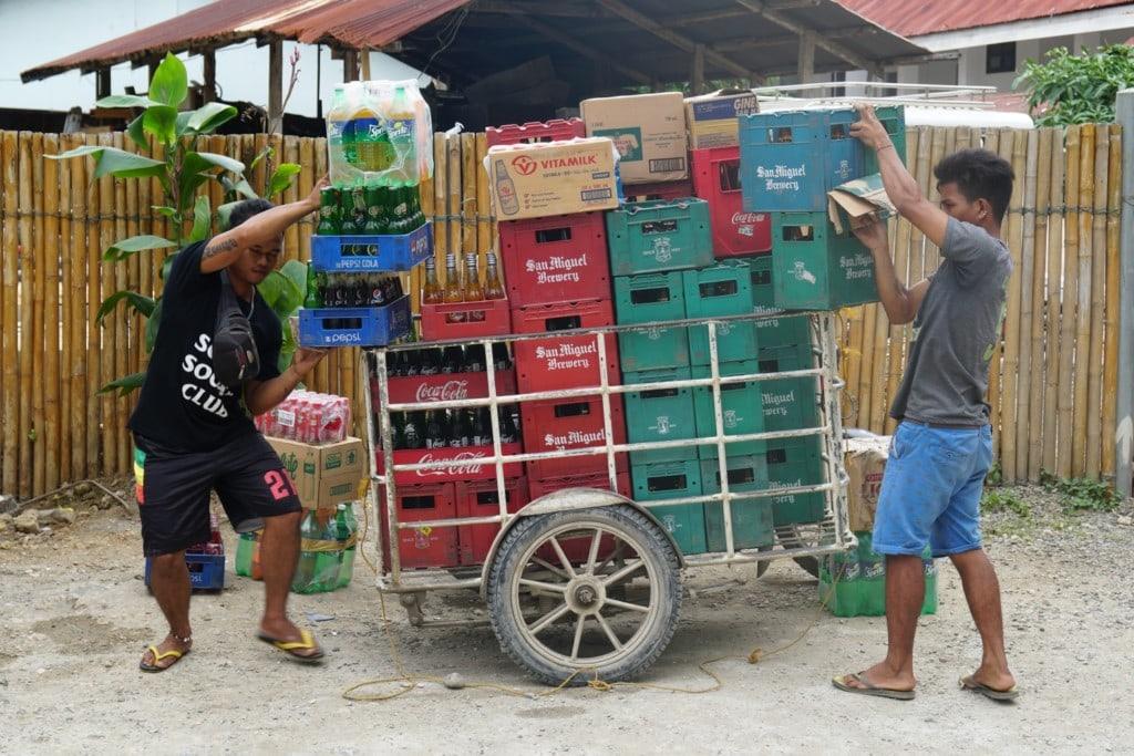 Transport von Getraenkekisten Boracay