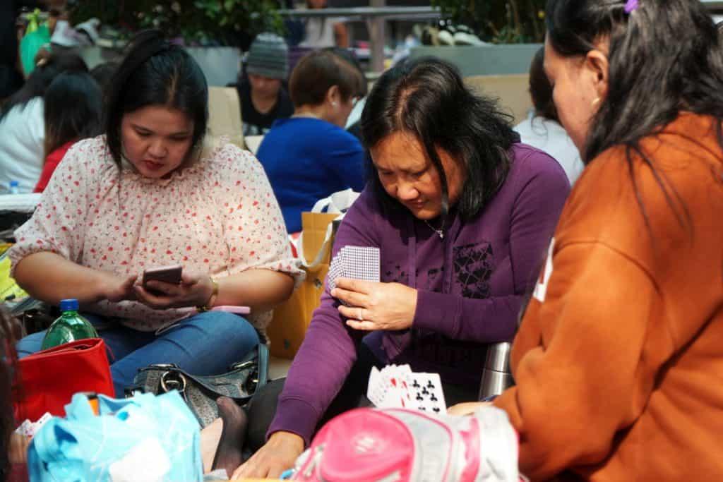 Maids spielen Karten