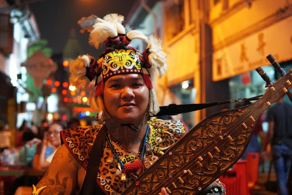 Traditionell gekleideter Dayak