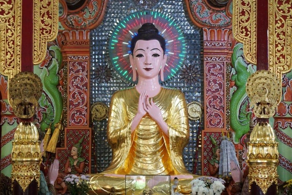 Buddha Statue in der Gebetshalle