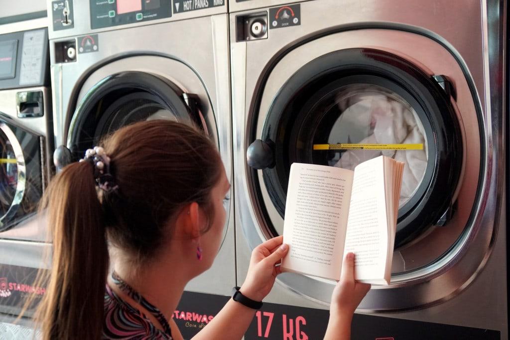 Buch lesen im Waschsalon