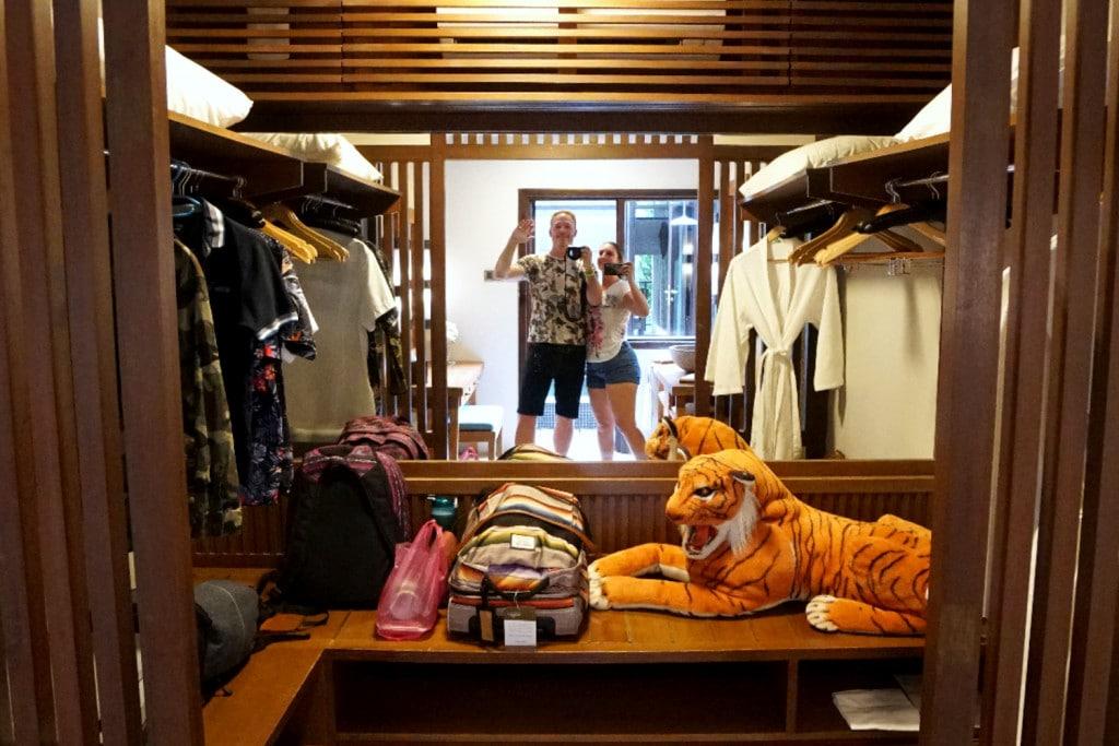 Tigerstofftier als Affenscheuche