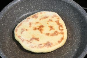 Naan Brot in der Pfanne