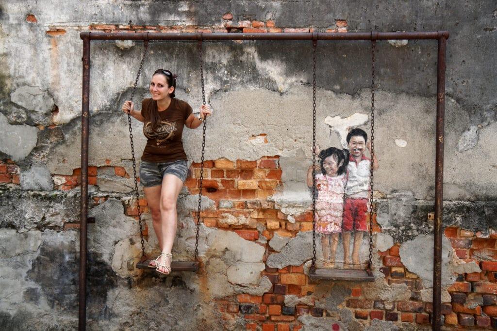 Kinder auf Schaukel Streetart Georgetown