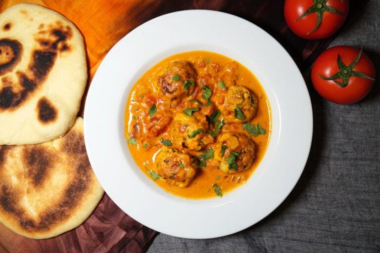 Indisches Kofta Curry anrichten